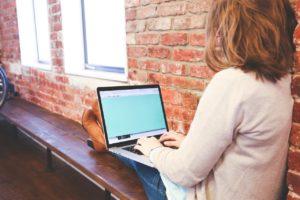 パソコン検索する女性